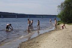 Ryssland - Berezniki Juli 18: ungdomarhoppar in i floden på solnedgången Arkivfoton