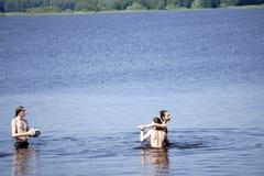 Ryssland - Berezniki Juli 18: ungdomarhoppar in i floden på solnedgången Royaltyfria Foton