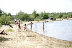 Ryssland - Berezniki Juli 18: ungdomarhoppar in i floden på solnedgången Fotografering för Bildbyråer