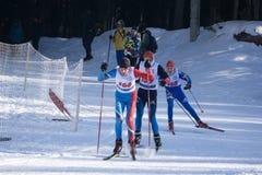 Ryssland Berezniki mars 11, 2018: överträffa tre skidåkare i en parallell stadsturnering i veckan för OS:erna Podiumställena Arkivfoton