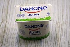 Ryssland Berezniki 12 mars 2018: Danone på förpacka av en av dess produkter, Danone ska vara en matkorporation Fotografering för Bildbyråer