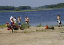 Ryssland - Berezniki på 18 Juli: stängt av folk på stranden fotografering för bildbyråer