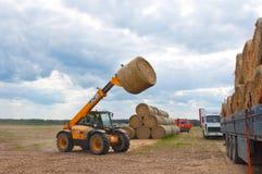RYSSLAND BRYANSK-SEPTEMBER 6: Lantligt landskap med jordbrukmaskinerna på September 6,2014 i Bryanskaya Oblast, Ryssland Royaltyfria Bilder