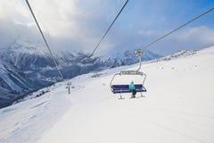 Berg nå en höjdpunkt i bakgrundsskyen drar åt Royaltyfri Bild