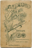 RYSSLAND - CIRCA 1897: tillbaka sida av antiquepostcard gulnad tid arkivfoto