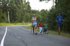 RYSSLAND - Deltagareungar: Nikolay Dubinin /4, Darja Zhochkina /6) under av lokala konkurrenser i nordiskt gå Arkivfoto