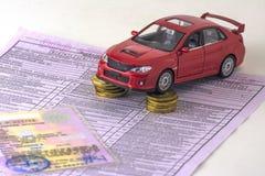 Ryssland diagnostisk kortkontrollmaskin, bilförsäkring close upp Den röda bilen är på kolonnerna av mynt Certifikat av registen arkivbild