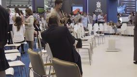 Ryssland Ekaterinburg - 10 Juli 2018: Folk som väntar på den internationella industriella utställningen för öppning - Innoprom royaltyfri fotografi