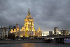Ryssland. Ett av höghusen i Moskva. Arkivbild