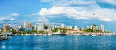 Ryssland för svart för hav för byggnader för stad för Sochi molnsommar stads- panoram Royaltyfria Foton