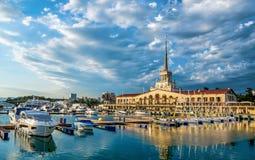 Ryssland för svart för hav för byggnader för stad för Sochi molnsommar stads- panoram Royaltyfri Bild