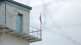 Ryssland för taggtråd för fängelsegränsstolpe flagga stock video