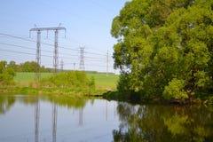Ryssland flod, träd, elektricitetslinje Arkivbilder