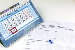 Ryssland Form av den årliga förklaringen för betalning av personlig inkomstskatt Skrivbords- kalender med det sista betalningsdat arkivfoto