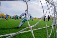 Ryssland fotbollfältet, målvakt reflekterar spark royaltyfria bilder