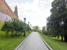 Ryssland A går till och med den Alexander Garden trädgården i Moskva Alexander Garden lokaliseras inte långt från Kreml Royaltyfri Bild