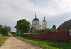 Ryssland Gata i Vereya Sikt av kyrkan av Royaltyfri Bild
