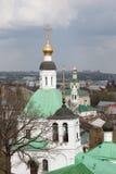 Ryssland Guld- cirkel vladimir Fragmentet av helheten av Spasskayaen och Nikolskayaen kyrktar på bakgrunden av himlen Arkivfoton