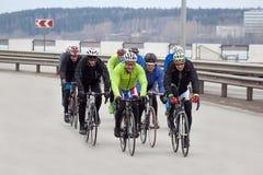 Ryssland Izhevsk - April 24, 2017: En grupp av män som rider vägen på cyklar arkivfoton