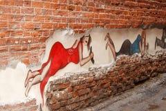Ryssland Izhevsk - Juni 20, 2017: Härliga grafitti målade på en gammal tegelstenvägg Royaltyfria Bilder
