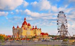 Ryssland - Juli 14 2017, det Bogatyr hotellet nära Sochien parkerar Royaltyfri Fotografi