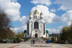RYSSLAND KALININGRAD - APRIL 29, 2016: Domkyrka av den ortodoxa kyrkan i Victory Square i mitten av Kaliningrad Royaltyfria Bilder