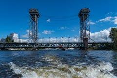 Ryssland Kaliningrad, floden Pregol, ennivå bro royaltyfria bilder