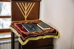 Ryssland Kaluga - CIRCA Augusti 2018: Synagoga inom med Torah böcker på ställningen royaltyfri foto