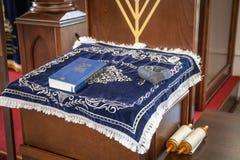 Ryssland Kaluga - CIRCA Augusti 2018: Synagogainsida med boken på ställningen arkivfoto