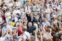 Ryssland Karelia Kondopoga - JULI 08-2014: den berömda sångaren Nikolai Baskov i en folkmassa av folk står och sjunger för fans royaltyfria foton