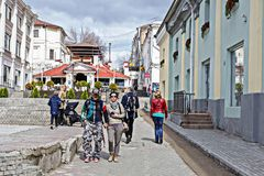 Ryssland Kazan, kan 1, 2018, turister som går ner gatan, ledare royaltyfri foto