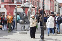 Ryssland Kazan, kan 1, 2018, turisttagandeselfies på gatan, ledare royaltyfri foto