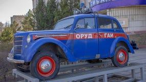Ryssland Khabarovsk - kan 2019: Gammal polisbil arkivfoto