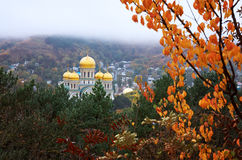 Ryssland Kislovodsk Sikt av kyrkan från Maly Saddle Mountain Royaltyfri Fotografi