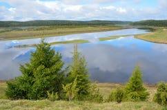 Ryssland Kola Peninsula, floden Varzuga royaltyfri bild