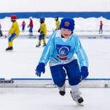 RYSSLAND KOROLEV- FEBRUARI 18, 2017: Den unga hockeyspelaren har en uppvärmningsutbildning för matchen på krokig turnering in Fotografering för Bildbyråer