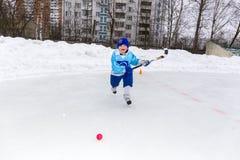 RYSSLAND KOROLEV- FEBRUARI 18, 2017: Den unga hockeyspelaren har en uppvärmningsutbildning för matchen på krokig turnering in Royaltyfria Foton