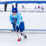 RYSSLAND KOROLEV- FEBRUARI 18, 2017: Den unga hockeyspelaren har en uppvärmningsutbildning för matchen på krokig turnering in Arkivbilder