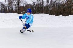 RYSSLAND KOROLEV- FEBRUARI 18, 2017: Den unga hockeyspelaren har en uppvärmningsutbildning för matchen på krokig turnering in Royaltyfri Bild