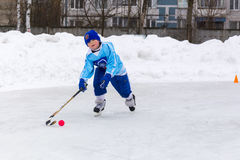 RYSSLAND KOROLEV- FEBRUARI 18, 2017: Den unga hockeyspelaren har en uppvärmningsutbildning för matchen på krokig turnering in Royaltyfri Foto
