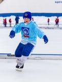 RYSSLAND KOROLEV- FEBRUARI 18, 2017: Den unga hockeyspelaren har en uppvärmningsutbildning för matchen på krokig turnering in Royaltyfri Fotografi