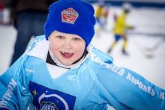 RYSSLAND KOROLEV- FEBRUARI 18, 2017: Den unga hockeyspelaren har en uppvärmningsutbildning för matchen på krokig turnering in Arkivbild