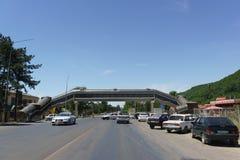 Ryssland Krasnodar region, Nizhnebakanskaya by-Juni 12, 2018: Högstämd övergångsställe till och med huvudvägen A-146, Lenin st Royaltyfri Bild