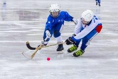 RYSSLAND KRASNOGORSK - MARS 03, 2015: krokiga slutskedebarns hockeyliga, Ryssland Arkivbilder