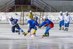 RYSSLAND KRASNOGORSK - MARS 03, 2015: krokiga slutskedebarns hockeyliga, Ryssland Arkivfoton