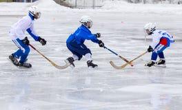 RYSSLAND KRASNOGORSK - MARS 03, 2015: krokiga slutskedebarns hockeyliga, Ryssland Royaltyfria Foton