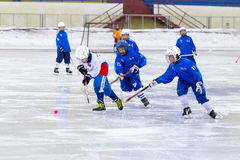 RYSSLAND KRASNOGORSK - MARS 03, 2015: krokiga slutskedebarns hockeyliga, Ryssland Arkivbild