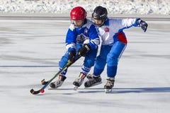 RYSSLAND KRASNOGORSK - MARS 03, 2015: krokiga slutskedebarns hockeyliga, Ryssland Royaltyfri Foto