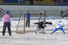 RYSSLAND KRASNOGORSK - MARS 03, 2015: krokiga slutskedebarns hockeyliga, Ryssland Royaltyfri Bild