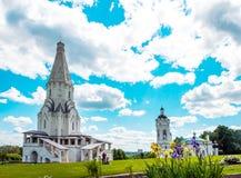 Ryssland. Kyrka av uppstigning- och Sts George klockatorn i Moskva Royaltyfri Foto